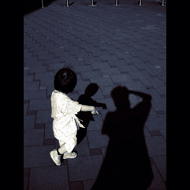 Kids & shadow / #kids #shadow #bw #blackandwhite #momochrome