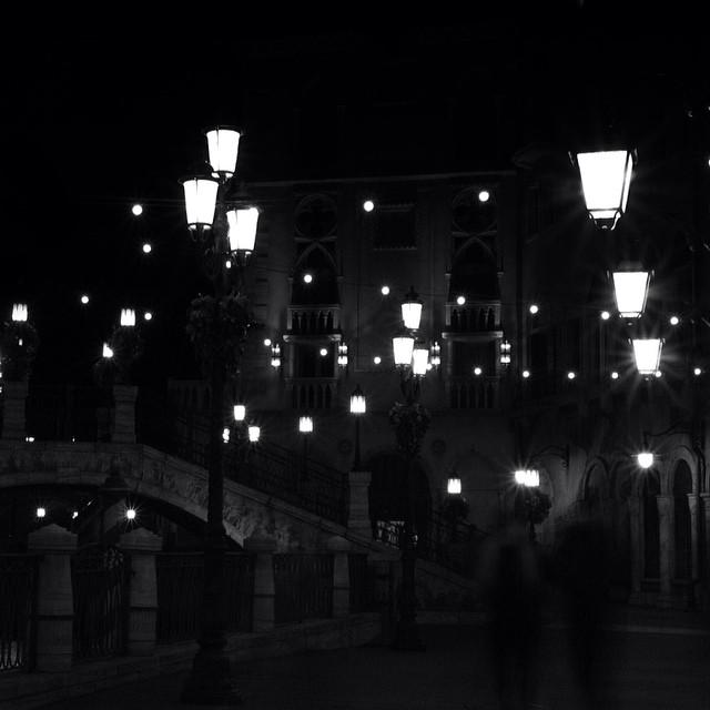 Dans ma rue il y a des ombres qui s' promènent…- Édith Piaf –